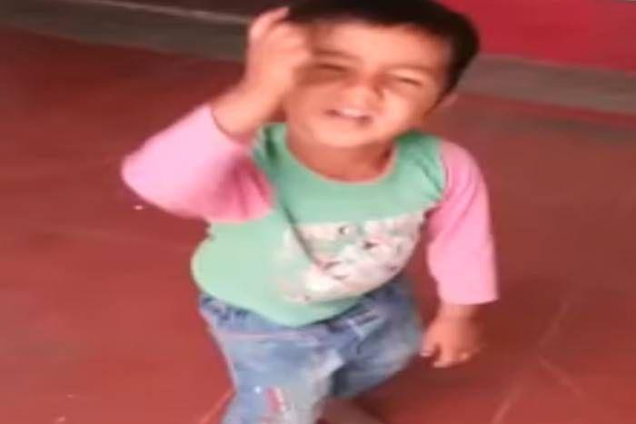 देखें VIDEO: 2 साल के छोटे बच्चे ने किया जोरदार डांस, देखकर मुस्कुरा देंगे आप