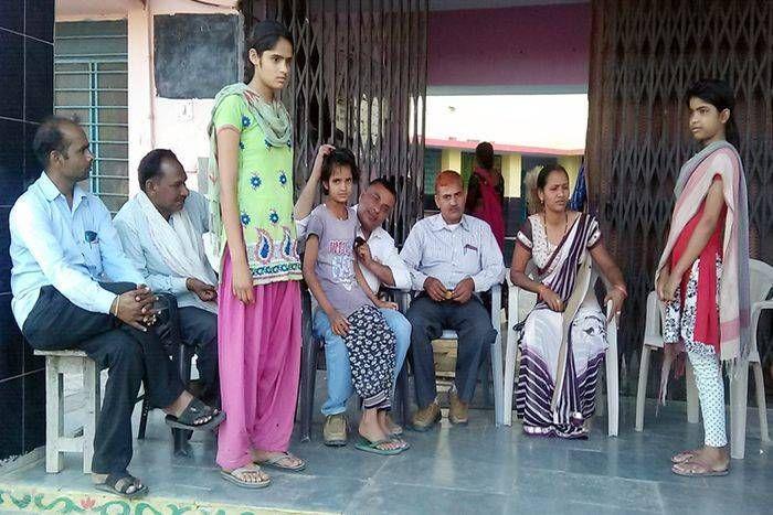 क्षेत्रीय विधायक गोलमा देवी ने ली बेसहारा बालिका की सुध, आंचल में ले बालिका को दिया प्यार