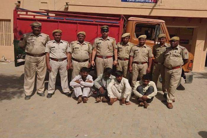 गो तस्करों  और पुलिस में फायरिंग, 60 गोवंशों को छुड़ाया, देशी कट्टा सहित चार गिरफ्तार