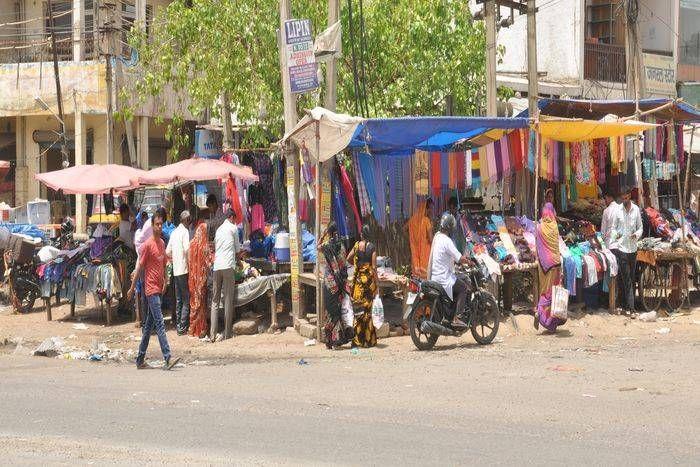 फुटपाथों पर कब्जे, परिषद की कार्रवाई बेअसर, रेहड़ी पटरी वालों से रोजाना लिए जाते हैं पैसे