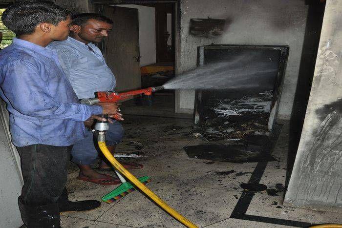 भिवाड़ी में फ्रिज का कंप्रेशर फटा, बंद फ्लैट में लगी आग, आग सामान हुआ राख