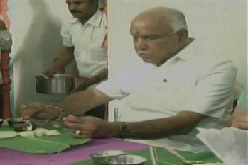 कर्नाटक: पूर्व सीएम येदियुरप्पा पर गंभीर आरोप, दलित घर में खाया होटल मंगवाया हुआ खाना