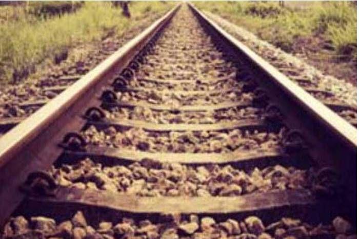जीवन से निराश, छोड़ रहे जीने की आस, 75 वर्षीय बुजुर्ग कूदा ट्रेन के आगे
