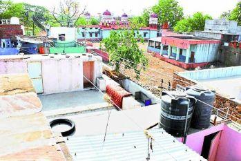 गली-मोहल्लों व छतों पर मंडरा रहा मौत का साया