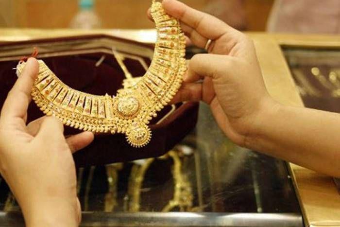 चांदी में आई भारी गिरावट, सोने के दाम में भी इतने रुपए आई कमी