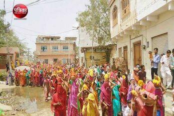 सालों से चली आ रही इस प्रथा को निभाने जुटता है पूरा गांव, जानिए कौन-सी प्रथा निभा रहे हैं यहां के लोग...