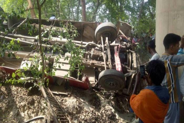 जौनपुर: रोडवेज की बस अनियंत्रित होकर 30 फीट गहरे खाई में गिरी, 8 की मौत- 30 से अधिक लोग घायल