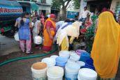 #Cool India: प्रशासन ने नहीं सुनी तो लोग आए आगे, टैंकर मंगवाकर आमजन को पिला रहे हैं पानी