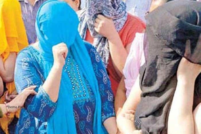स्पा सेंटर की आड़ में चल रहे सेक्स रैकेट का खुलासा, 10 लड़कियों सहित 12 को किया गिरफ्तार