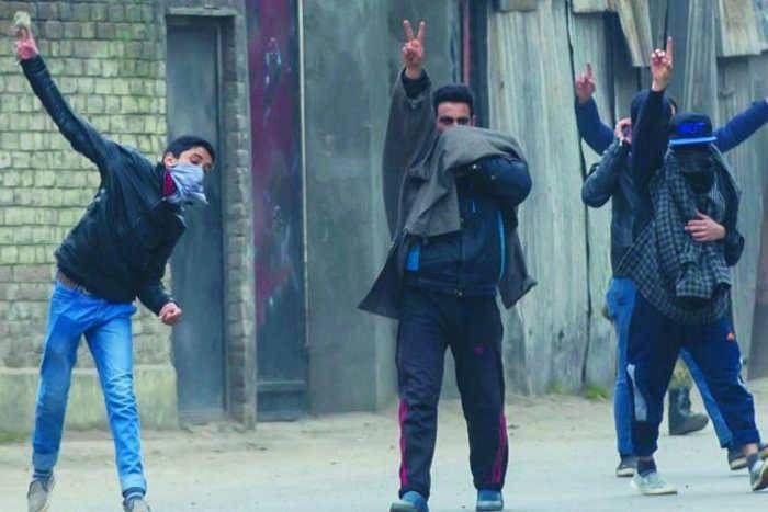 कश्मीर में नहीं थम रहा बवाल, र्इद की नमाज के बाद कर्इ जगहों पर हिंसक झड़पें, 10 घायल