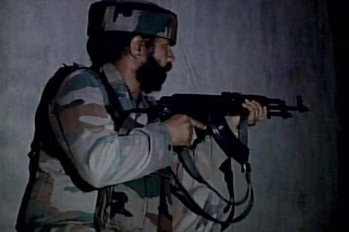 बुरहान की बरसी पर सेना के काफिले पर अातंकी हमला, 2 जवान घायल, सर्च आॅपरेशन जारी