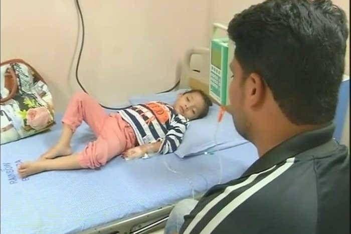 बच्ची के पसीने और आंसुओं से निकलता है खून, पिता ने मांगी PM मोदी से मदद