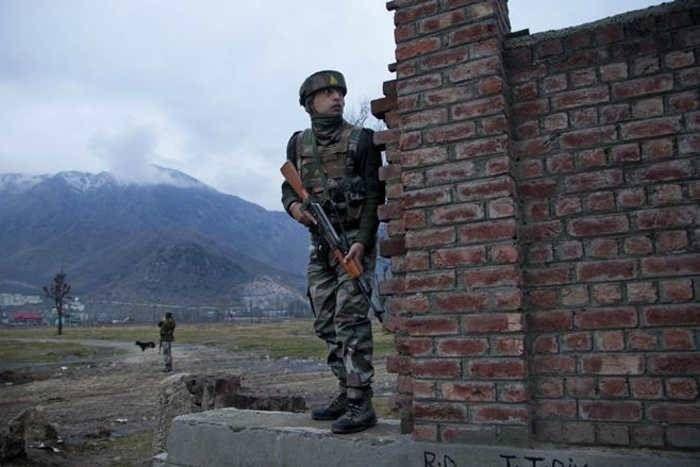 पाकिस्तान ने LOC पर बरसाए मोर्टार, छुट्टी पर घर आए सैनिक आैर उसकी पत्नी की मौत