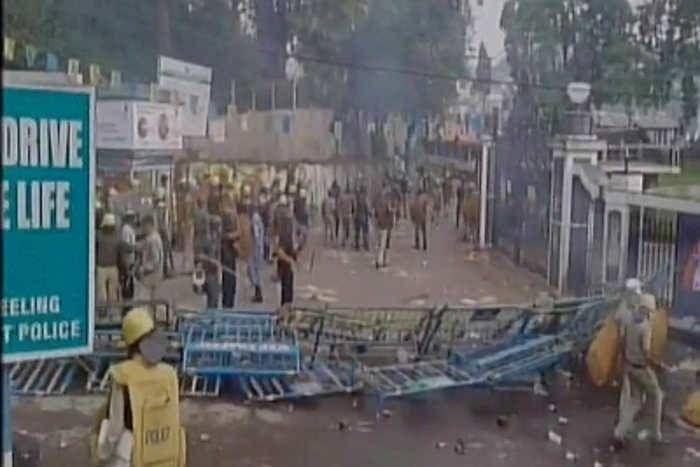 दार्जिलिंग में हिंसा के बाद सड़कों पर फिर उतरी सेना, पृथक राज्य की मांग पर दिल्ली में भी प्रदर्शन