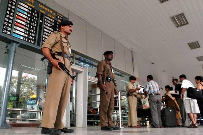 एयरपोर्ट पर नमाज पढऩे को लेकर हंगामा, नाराज भाजपा नेता ने दिया धरना, CISF जवानों के खिलाफ दर्ज करार्इ शिकायत