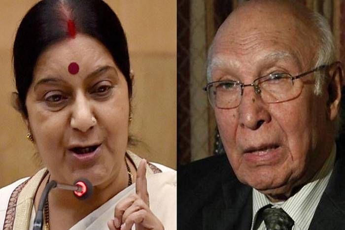 पाकिस्तानी ने लगार्इ गुहार तो सरताज अजीज पर भड़कीं सुषमा स्वराज, जाधव की मां के वीज़ा पर एेसे सुनार्इ खरी-खरी