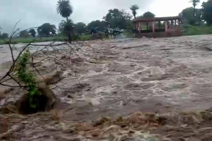 बरसाती नदी के तेज बहाव में बहा एसडीएम का वाहन, चालक बचा, एसडीएम को ढूंढने की कोशिश जारी, आला प्रशासनिक अधिकारी पहुंचे मौके पर