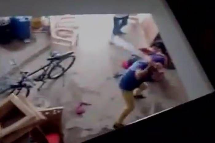 VIDEO: भाभी ने दिया बेटी को जन्म तो देवर ने हाॅकी से की जमकर पिटार्इ, दहेज के लिए भी मारपीट करते थे ससुराल वाले
