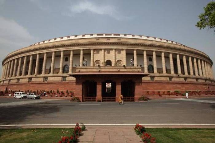 संसद के मानसून सत्र में जमकर हंगामा, लोकसभा में विपक्षी सांसदों ने दिखार्इ तख्तियां, सदन की कार्यवाही बुधवार तक के लिए स्थगित