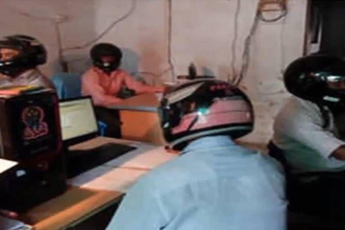 हेलमेट पहनकर काम करते हैं यहां के कर्मचारी, क्या पता कब आ जाए आफत, जानिए क्या है पूरा मामला