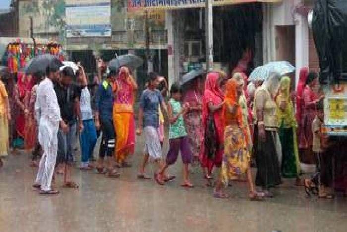 झमाझम के बीच झूमे पदयात्री, उमस ओर गर्मी से मिली राहत