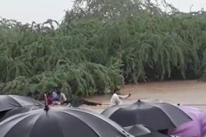 ग्रामीणों ने बचार्इ उफनती नदी में घिरे 11 लोगों की जिंदगियां, 10 घंटे की मशक्कत के बाद सुरक्षित निकाला