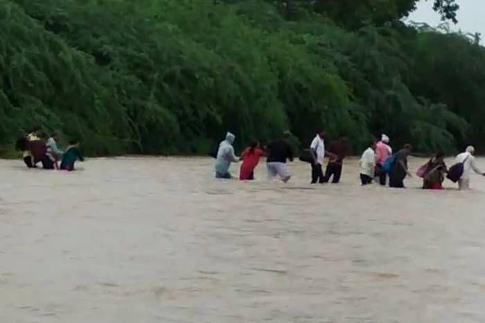 पानी में फंसे 180 लोगों को ग्रामीणों ने सुरक्षित निकाला बाहर, मंदिर में तीन दिन से फंसे थे लोग