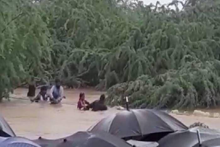 जालोरः 200 से अधिक लोग बागोड़ा क्षेत्र में नदी के बीच फंसे, हेलीकॉप्टर से राहत सामग्री गिराई