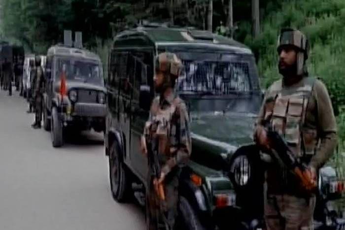 जम्मू कश्मीर के पुलवामा में सुरक्षाबलों आैर आतंकियों के बीच मुठभेड़, गोलीबारी में दो आतंकी ढेर