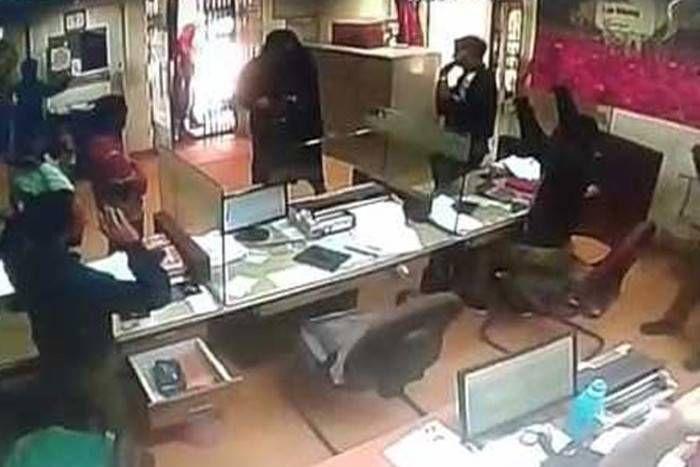 जम्मू-कश्मीर: बुर्का पहन बैंक में घुसे आतंकवादी, 5 लाख रुपए लूटकर हुए फरार- VIDEO