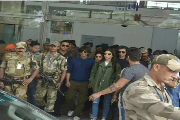 PM नरेंद्र मोदी के संसदीय क्षेत्र वाराणसी पहुंचे शाहरुख-अनुष्का,काशी में करेंगे फिल्म 'जब हैरी मैट सेजल' का प्रमोशन