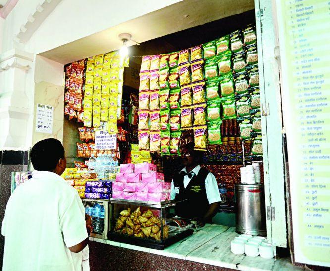 Ghapla : कैंटीन में सिर्फ  हल्दीराम , पूड़ी-सब्जी स्टाल्स से गायब...पढ़ें कैसे