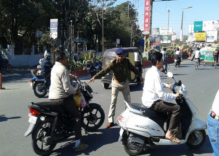 यातायात पुलिस ने,  हेलमेट न पहने वालों पर कंसा  शिकंजा