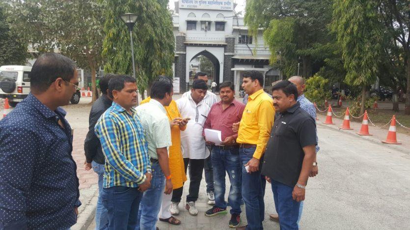 पार्षद को टीआई ने मारा, डीआईजी से शिकायत