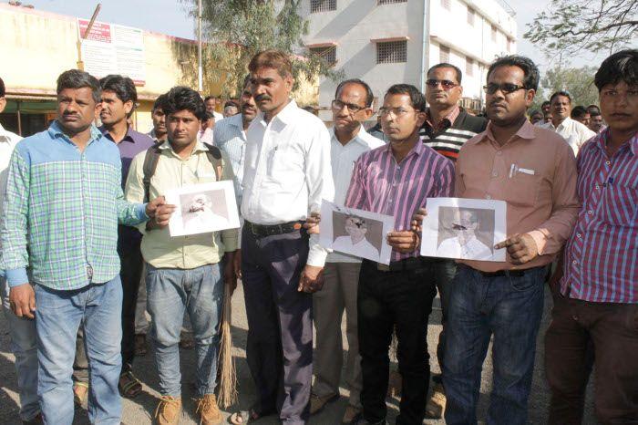 पंचायत कर्मियों ने विरोध स्वरूप जनपद कार्यालय में लगाई झाड़ू