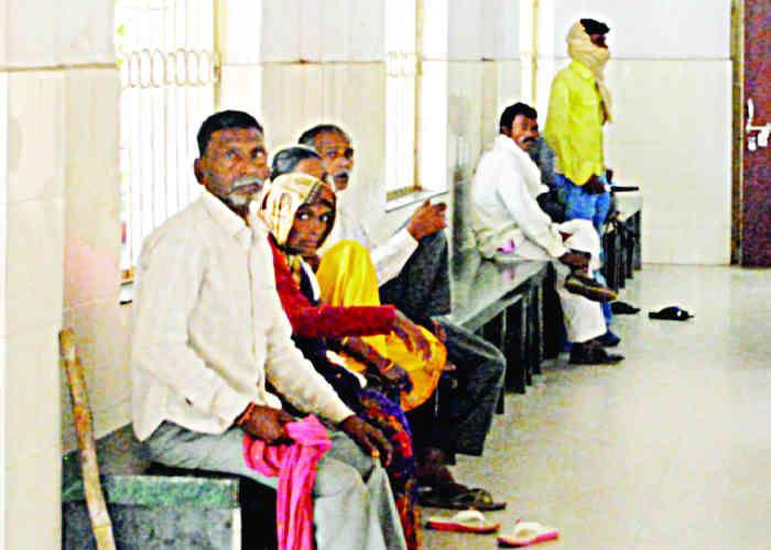 गोपालगंज में स्वास्थ्य कर्मी मरीजों से वसूल रहे रुपए, अस्पताल में न बेड, न चादर