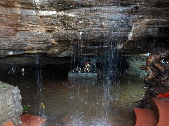 इस गुफा में हजारों साल से शिवलिंग पर गिर रहा पानी, आज तक है अजूबा