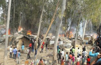 झोपड़ियों में लगी आग 100 से ज्यादा आशियाने खाक, एक की मौत